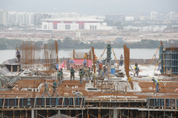 Construction of the Olympic Village, with Barra Olympic Park in the background (Photo: Rio 2016 / Cidade Olimpica)