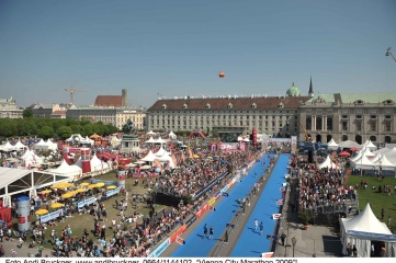 NUSSLI set up three 500-person standing grandstands along the route of the Vienna City Marathon (Photo: Andi Bruckner)