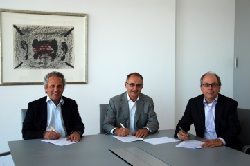 Hans Verhoeven, Secretary of AGES, Daniel Cordey, Chairman of AGES, and Wim P.G Kurvers, Partner Ernst & Young signing the partnership agreement