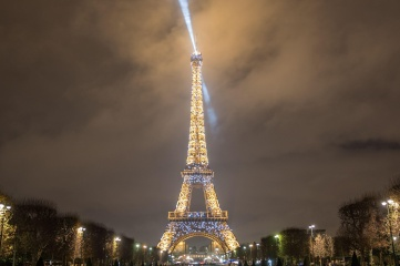 Tour Eiffel illuminee depuis Champs de Mars © E.Li