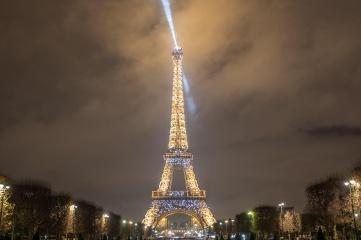 Tour Eiffel illuminee depuis Champs de Mars © E.Li.jpg