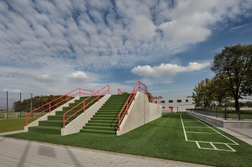 Talented young players at FC Bayern Munich climb up the fitness hill on premium synthetic turf – only the steps consist of LigaGrass Pro, a sand-filled all-round system with crimped stalks