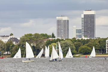 Sailing boats on the Outer Alster lake (Aussenalster) in Hamburg, Germany (Photo: Sergey Dzyuba, Shutterstock)