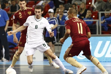 Slovenia playing Russia at Futsal UEFA 2010 in Budapest, Hungary. (Photo: Laszlo Szirtesi / Shutterstock)